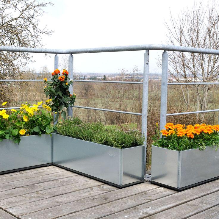 Balkonglådorna är den senaste trädgårdsprodukten från Land. Efter många förfrågningar har vi valt att bemöta önskemålet om en extra smal blomlåda, som får plats även på små balkonger och takterrasser, för sommarblommor och lite kryddväxter. Balkonglådorna finns i flera olika längder, alla med en bredd och höjd på 25 cm. Materialet är galvaniserat eller obehandlat järn, som med tiden får en vacker, rostig yta.