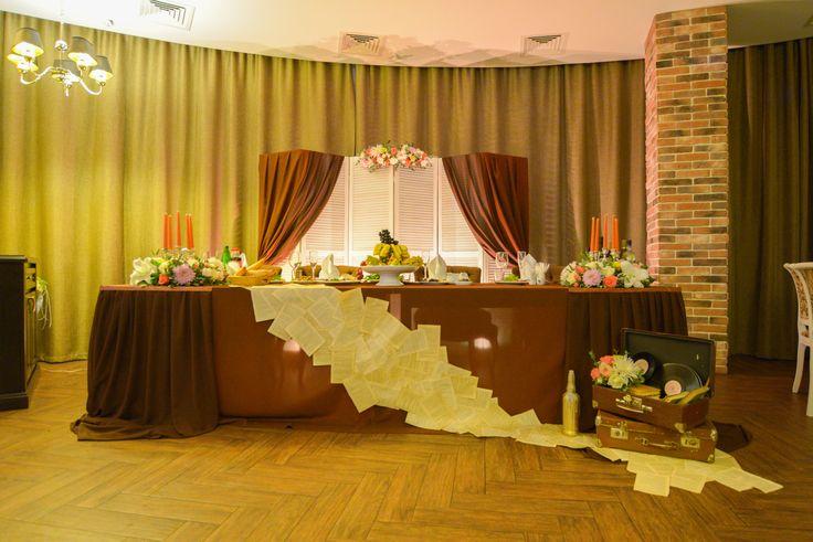 """Стол жениха и невесты для свадьбы в стиле """"Ретро""""."""