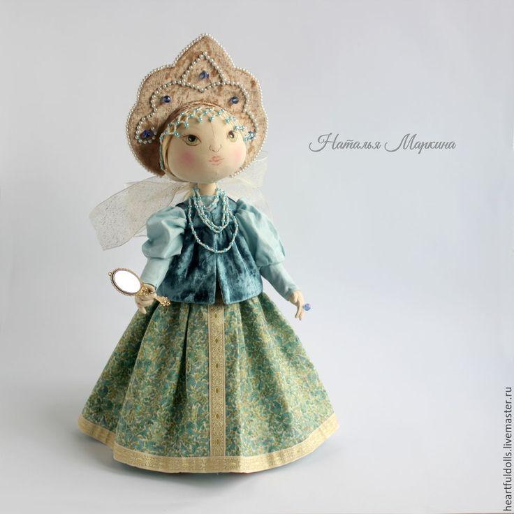 Позвольте представить вам мой мастер-класс по шитью текстильной куклы в народном стиле. В этой куколке я не использовала готовых лекал с просторов сети. Вдохновившись разными образами, я постаралась создать нечто свое. И рада поделиться с вами моими наработками. По этому мастер-классу вы сможете с нуля сшить текстильную куколку с комплектом съемной одежды и нарисовать личико.