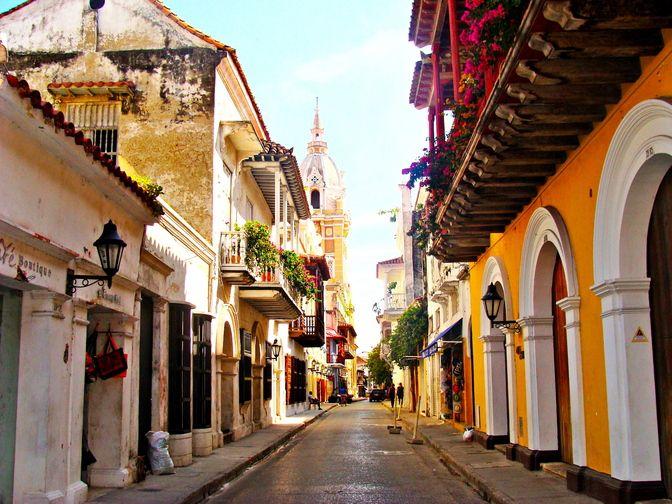 Carthagène des Indes, Bolivar, Colombie. Patrimoine mondial de l'UNESCO.  A voir : la forteresse San Felipe de Barajas, la vieille ville et la porte de la Torre del Reloj et ses ruelles, la cathédrale, l'église Saint-Pierre-Claver, le port, la colline de la Popa, le quartier de Bocagrande, ...