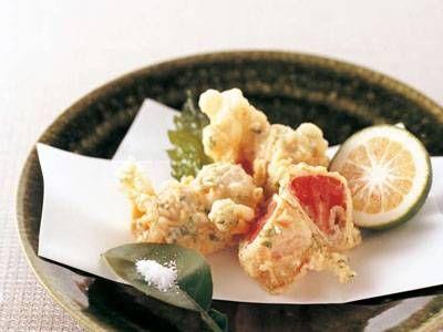 爲後 喜光さんのトマトを使った「トマトの豚肉巻き揚げ」のレシピページです。青じそのさわやかな香りが広がり、アツアツのトマトがジュワッと飛び出します。 材料: トマト、豚薄切り肉、練りがらし、衣、青じそ、かぼす、小麦粉、揚げ油、塩