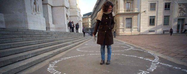 """In Piazza Affari compaiono le """"Parole Rosa"""": una walking art tra finanza e femminismo dedicata alle donne """"multitasking""""!  Scoprite di più su: http://6e20.it/it/blog/parole-rosa.html"""