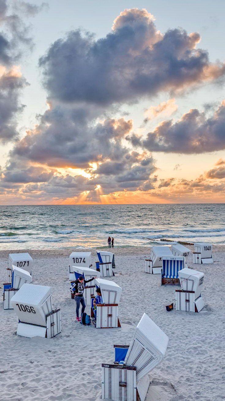 Strand nordsee sonnenuntergang  Sonnenuntergang mit schönen Wolken am Strand von Westerland auf Sylt ...