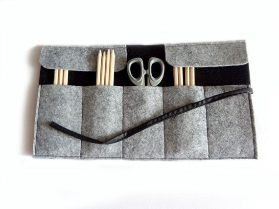 This felt roll pen case, perfect for men or women, may be an useful and original gift. Roll it up and close it with the faux leather strap This