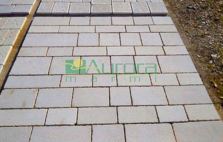 Basole di pietra bocciardate per pavimentazioni esterne. Chiedi subito un preventivo! www.auroramarmi.it