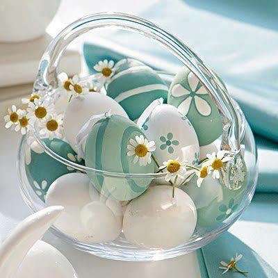 Tojások és virágok üvegkosárban