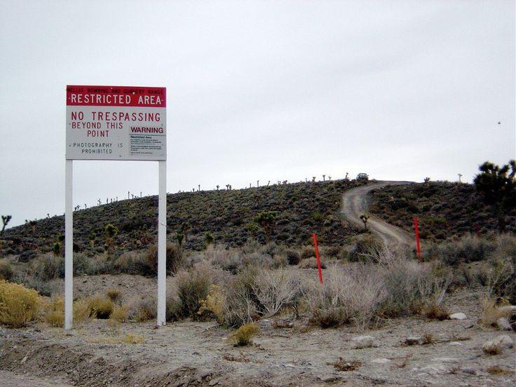 Área 51. Controvertida base militar en Nevada, Estados Unidos; este lugar es, para muchos, un espacio de contacto extraterrestre en el que el gobierno estadounidense ha llegado, incluso a interactuar, con seres de otro planeta. Parte del crecimiento de este mito  se debe a que el acceso es restringido y las medidas de seguridad alrededor del lugar son muy estrictas, también porque toda la información del Área 51 es totalmente confidencial.