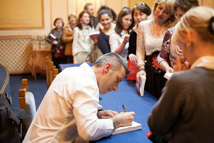 Tiberiu Soare oferind autografe cititorilor
