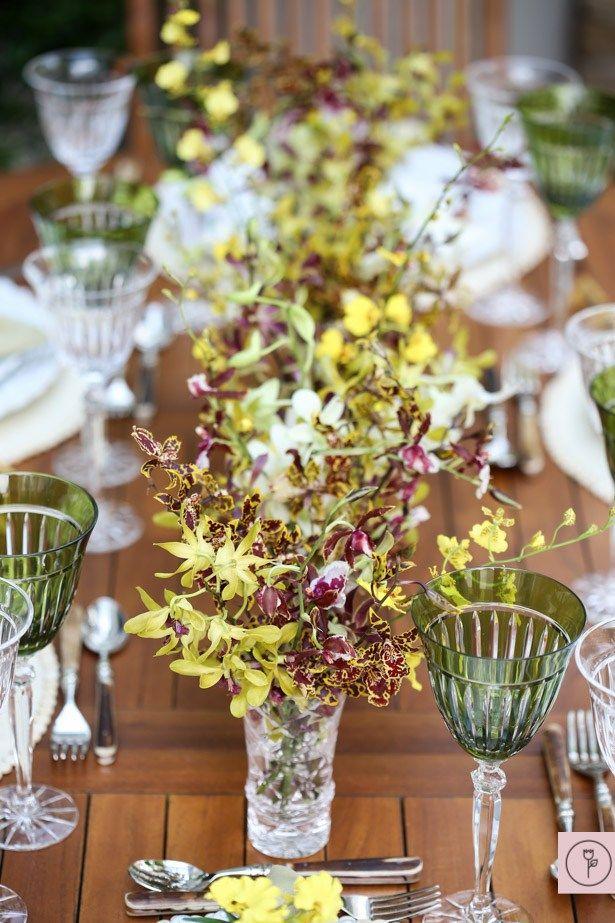 O toque de cor ficou por conta dos arranjos levando exclusivamente orquídeas Chuva de Ouro, Colmanara, Chocolate e Denphal. Desta vez, pedimos ao querido Marcio Leme, da Milplantas, algo que pudesse ser preparado muito facilmente, com cara de cortou e colocou na mesa. Nesse quesito, essas orquídeas são excelentes opções. Rendem arranjos lindos e com movimento, mas também bem simples de se preparar.