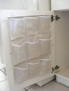 50 Genius Lagerung Ideen ~ Schneiden Sie einen Schuh Veranstalter in Hälfte und verwenden Sie es unter der Küche oder Waschbecken!