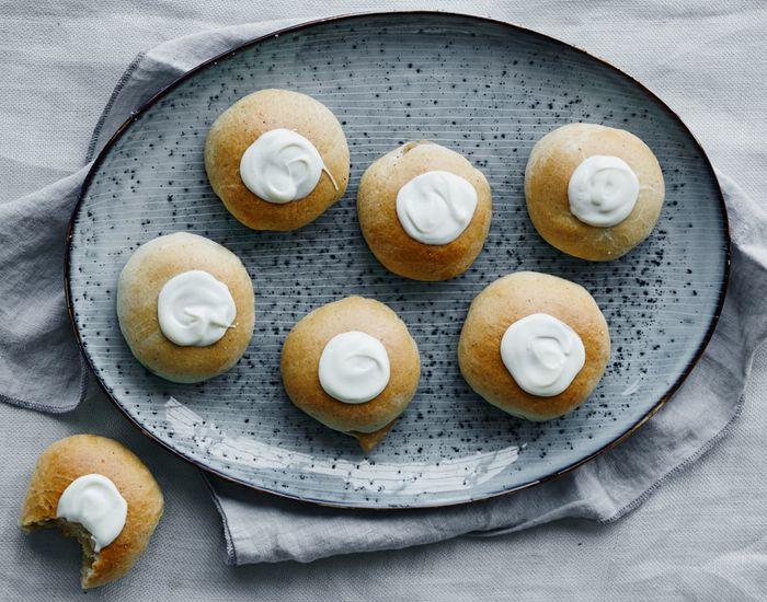 Fastelavnsboller med lækkert fyld af vaniljeæbler og marcipan - Måltid