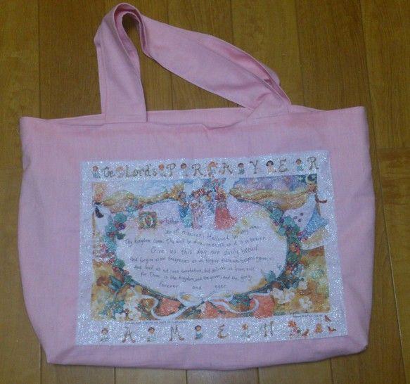 ピンクの薄手デニム生地でできたたっぷりサイズのトートバッグ。「主の祈り」が英語で書かれています ハンドメイド、手作り、手仕事品の通販・販売・購入ならCreema。