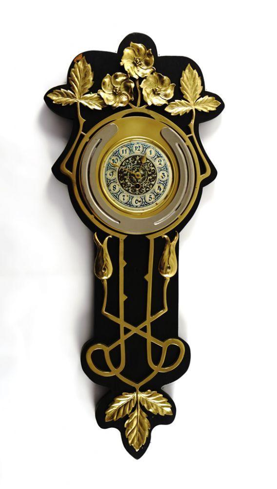 Wanduhr. Auf phantasievoll geformter, hölzerner Rückwand (unbed. St.) applizierte, vergoldete flo — Uhren, Musikdosen und technische Geräte