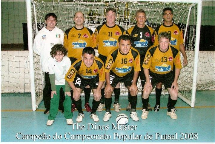 Participamos de um campeonato de veteranos de futsal, promovido pela Fundação de Esportes de Campo Mourão, e conquistamos o título com essa equipe aí.