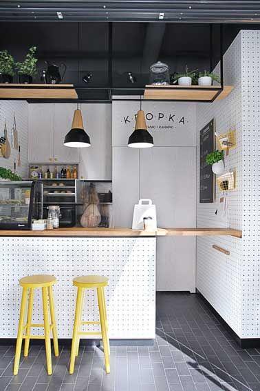 Pour agrandir de manière déco une petite cuisine ouverte l'astuce est d'aménager un îlot cental en retour des meubles en L qui double les rangement et sert aussi de coin repas