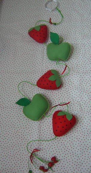 Sua cozinha com a graça e a beleza das cores!!! Móbile de feltro com 5 frutas. Se quiser acrescentar algum detalhe, como por exemplo, uma fruta, fica em R$10,00 a mais por item. R$ 45,00