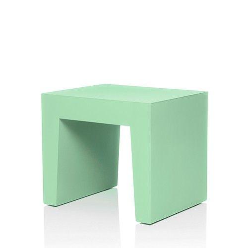 De Concrete Seat is verkrijgbaar in zeven stijlvolle kleuren die eindeloos te combineren zijn met de kleurrijke kussens. Extra handig en een typische Fatboy twist: aan de onderkant zit een dop waardoor je hem kunt vullen met zand ter versteviging.   Afmeting: 40 x 50 x 43 cm   Materiaal: Kunststof