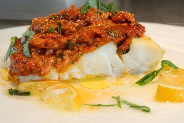 Een heerlijk gerecht uit de mediterrane keuken, zon op je bord! Een gezonde lichte maaltijd met verse basilicum, knoflook, zongedroogde tomaatjes, olijfolie en vis. En bovendien eenvoudig te maken, smakelijk!