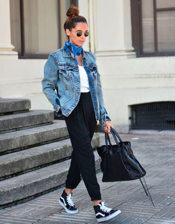 Street style look com camiseta branca, calça e jaqueta jeans, tênis e bandana.: