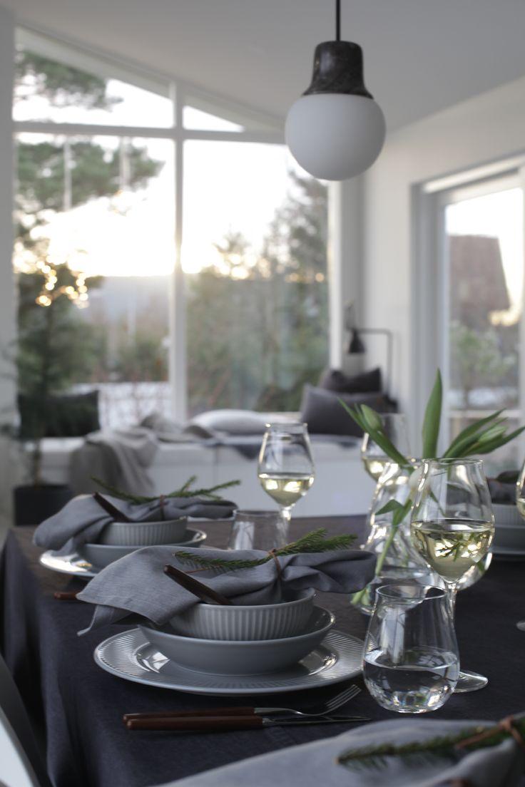 Jeg har dekket julens festbord med Pillivuyts nye servise, Grå Plissé og tipsene som gjør bordet ekstra fint finner du her.
