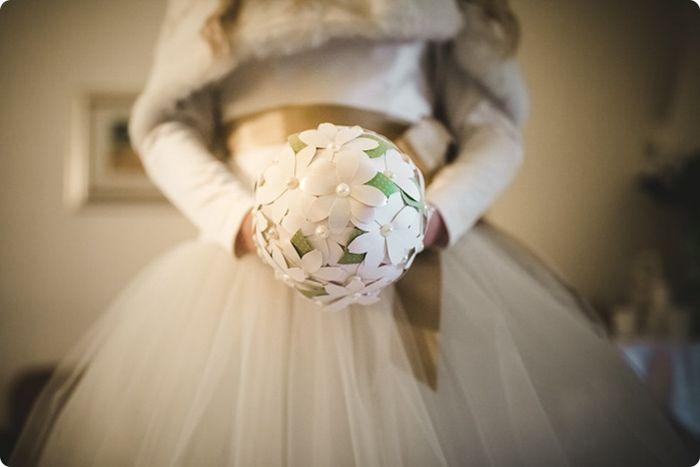 Manuela e il suo bouquet originale :-) Una sposa che nel suo matrimonio invernale, non ha rinunciato ad osare. Un grande abbraccio Manuela.  #bouquetoriginale #matrimonioinvernale #abitodasposa #bouquetalternativi #unusualbouquet #bouquetdicarta