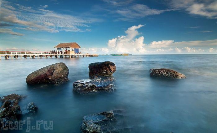 Камбоджа, Сиануквиль: море, пальмы и песок...      Пальмы, пляжи с белым песком и малообжитые тропические острова… Уникальная природа, прекрасные немноголюдные пляжи, невысокие цены и экзотическая местная кухня – все это Сиануквиль, развивающийся морской курорт и главный морпорт Камбоджи.