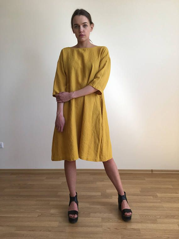DETAILS VAN DE STIJL:  Deze vrouwelijke losse fit gele linnen jurk wordt uit 100% eco aardig Litouwse linnen geknipt. De jurk is dubbele gewassen om te maken een zacht en comfortabel voelen en kijken. Het heeft een oversized flued trapeze-vorm. U kunt het in een losse, ontspannen manier zonder riem of met nadruk op het smalste deel van je taille gordel dragen. Opgerolde mouwen en discrete zakken toevoegen aan haar relaxte feel. Verbeteren zijn minimalistische beroep met eenvoudige sieraden…