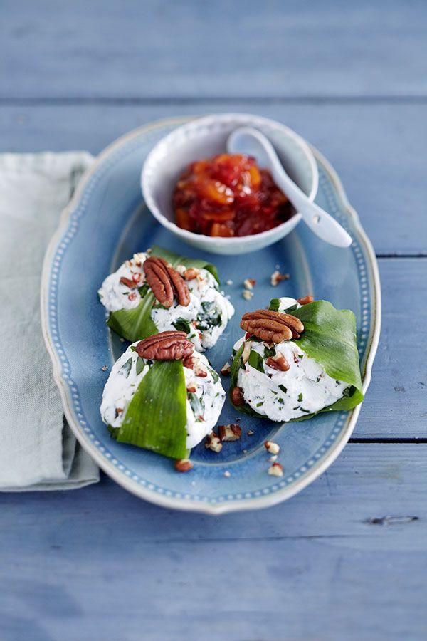 Bärlauch und Ziegenfrischkäse ergeben ein aromatisches Dreamteam. Die frühlingsfrischen Päckchen werden mit einem selbst gemachten Tomaten-Chutney serviert.