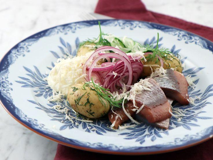 Matjessill med dillslungad potatis och pepparrotskräm | Recept från Köket.se