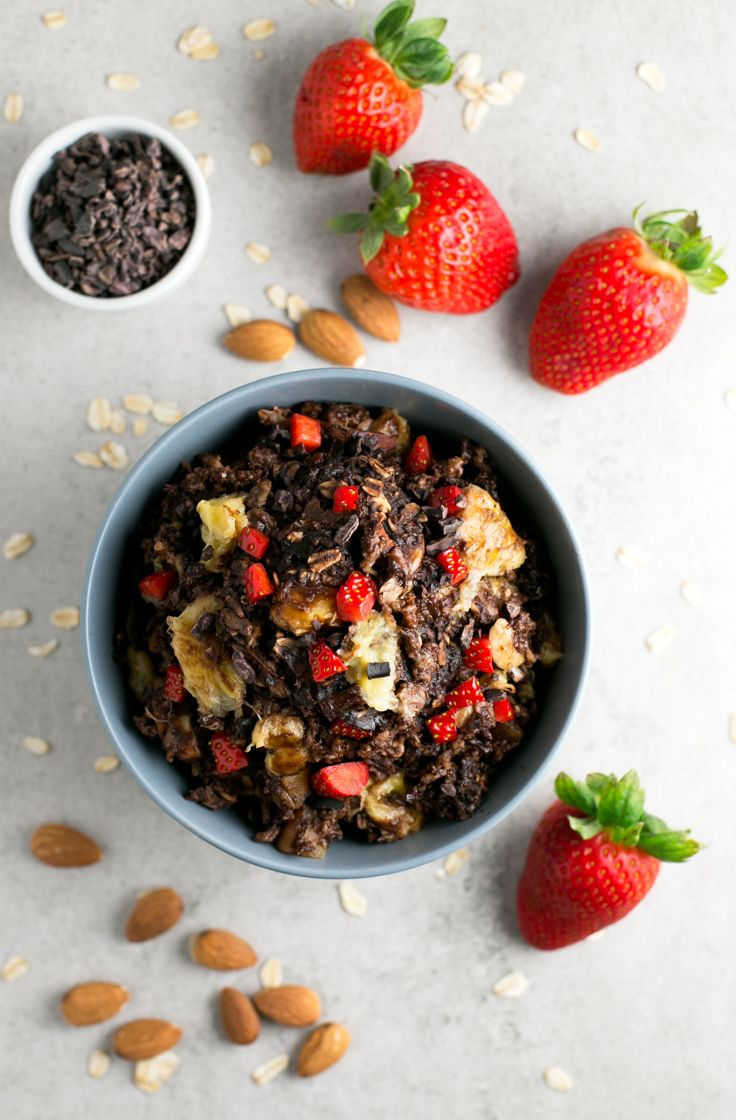Chocolate baked oatmeal - This chocolate bake oatmeal is the perfect healthy vegan breakfast recipe because it's so satiating and will give you the energy you need to start your day.