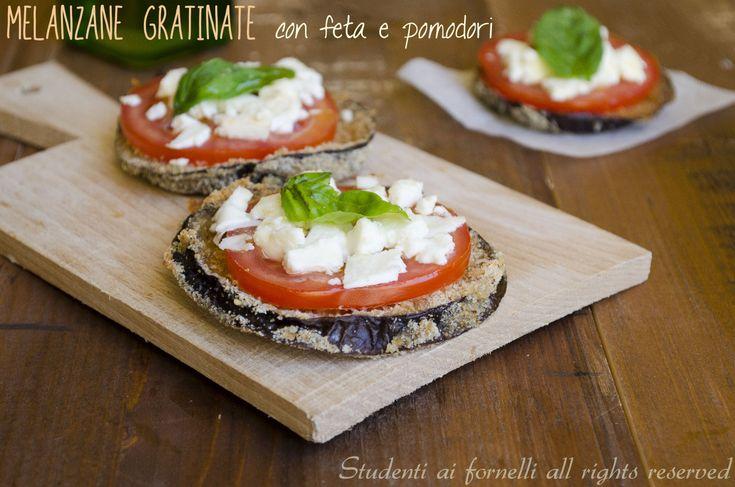 Le melanzane gratinate con feta e pomodori è una ricetta da preparare per un antipasto vegetariano o un secondo piatto light. Ricetta melanzane saporite.