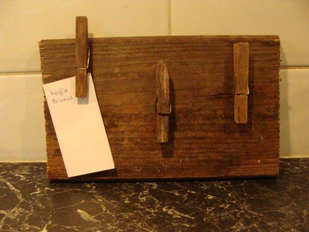 oud plankje met oude wasknijpers word memo bordje