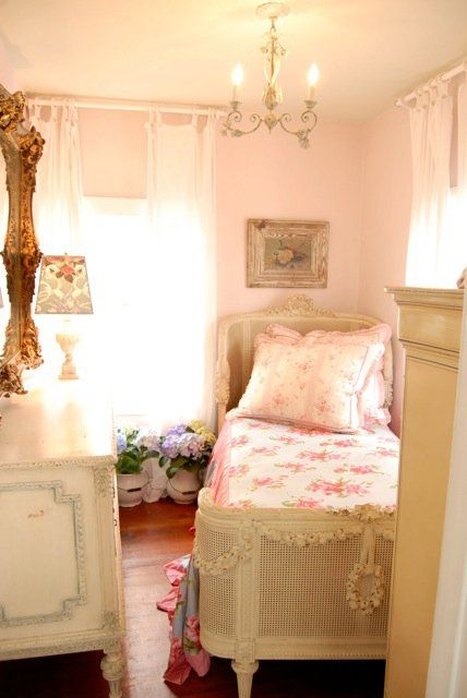 Chateau De Fleurs: Bountiful,  love this bed!