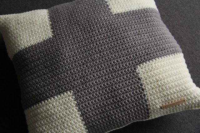 Studio Mojo: Gehaakt kussen met grijs kruis