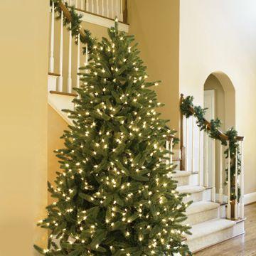 Si prefieres lo natural, colocar un juego de luces blancas a tu pino será suficiente.