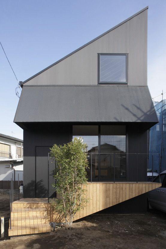 シンプルな外観の家では階段が印象的な空間を演出しています。