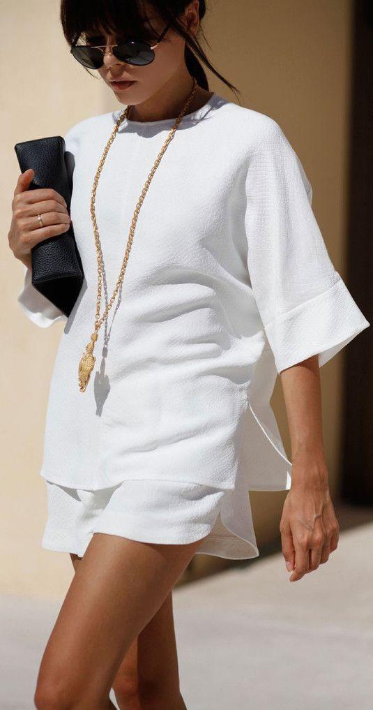 Shorts e blusa de tecido plano trazem sofisticação e o colar longo compensa o decote fechado alongando a silhueta