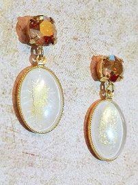 Pendientes dorados realizados con cristales Swarovski de 8mm y vidrio prensado de gran calidad. Cierre de tuerca incluído. El cabuchón de