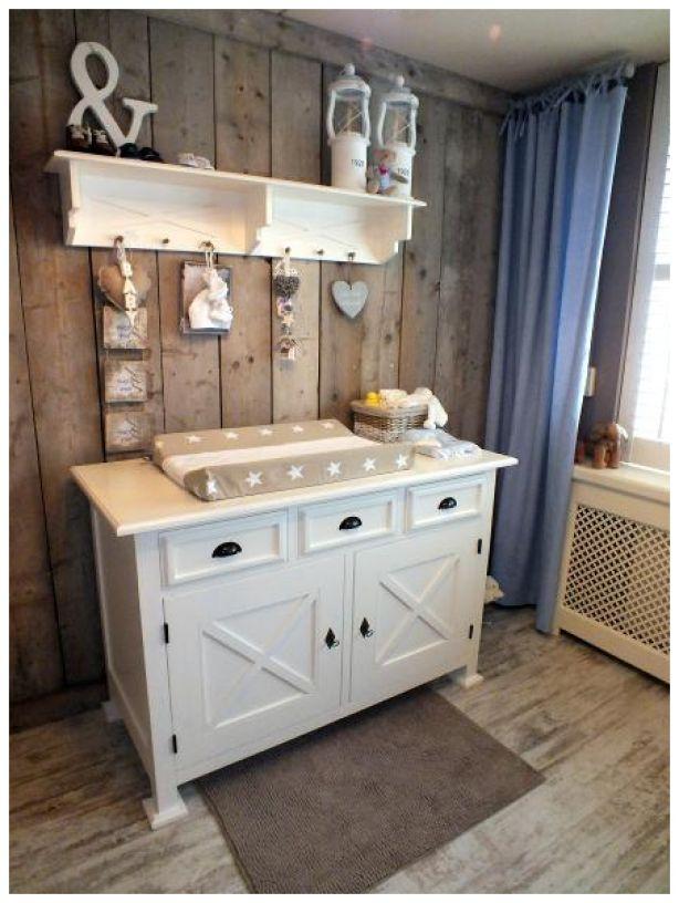 Mooie houten wand in combinatie met de witte meubels.