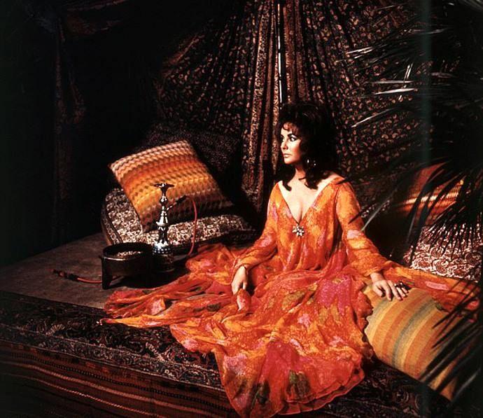 Мария Каллас, Катрин Денев, Анук Эме, Элизабет Тейлор представали на экранах в стилизованных кафтанах с уникальной вышивкой и богатым декором. Элизабет Тейлор зачастую сама принимала участие в разработке дизайна платьев, в которых отразилась и ее любовь к драгоценностям - многие ее кафтаны были обильно украшены аппликацией и расшиты бисером.