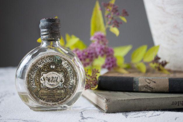 Przedwojenna, oryginalna  buteleczka po wodzie kolońskiej Glockengasse No.4711  Kohlnisch Wasser. W środku zostały jeszcze perfumy - ok 1/4  pojemności.   wys. 7 cm