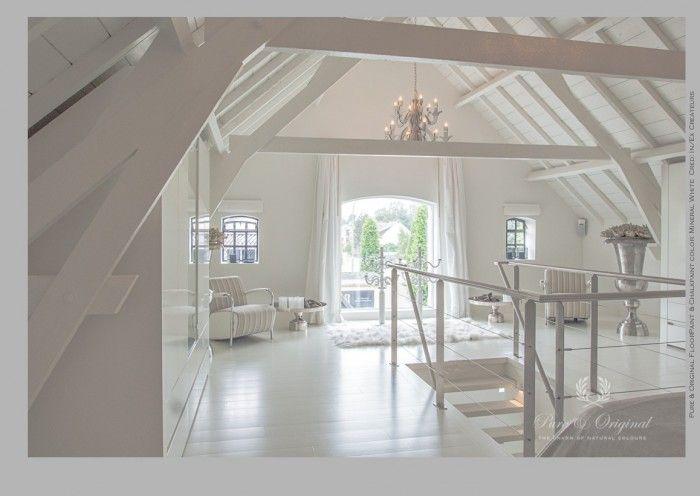 Alles geschilderd in de kleur Mineral White. De vloer, balken en plafond, wanden en kozijnen. Gebruikt is de Floorpaint, classico Krijtverf en de lak op waterbasis. Geweldige vaas in zilver.