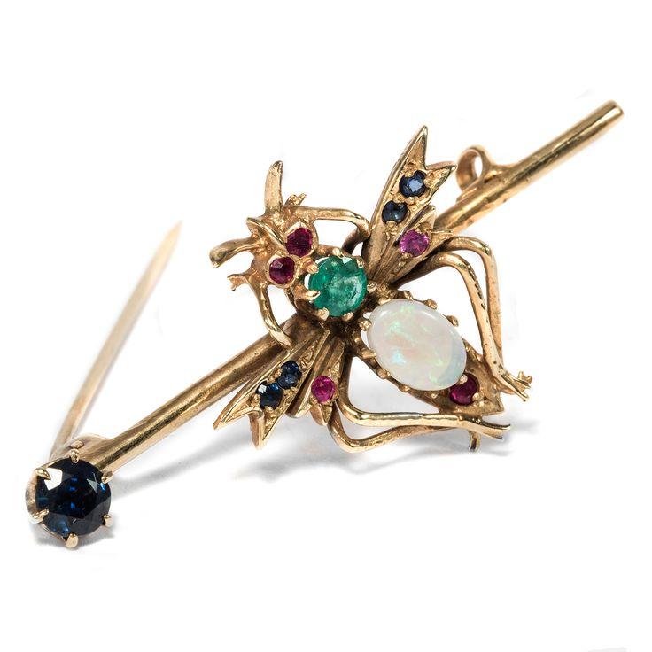 Eine glitzernde, witzige Fliege - Vintage Brosche mit Opal, Smaragd, Saphiren & Rubinen, London Ende des 20. Jhdts.  von Hofer Antikschmuck aus Berlin // #hoferantikschmuck #antik #schmuck #antique #jewellery #jewelry // www.hofer-antikschmuck.de