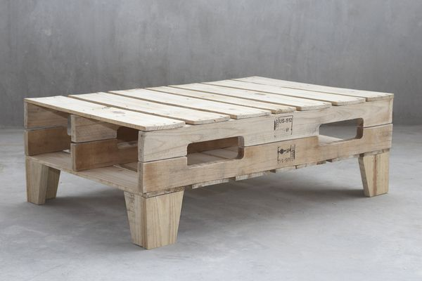 pallet-furniture-project10...pallet sofa table meant for kicking back w/your feet up.