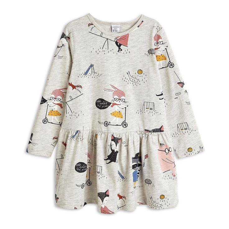 Lekstunden kommer vara så bekväm och rolig i den här tunikan gjord i mjuk ekologisk bomull. Välj mellan gråmelerad med roliga och söta djur eller pudrigt rosa täckt med katter och prickar.