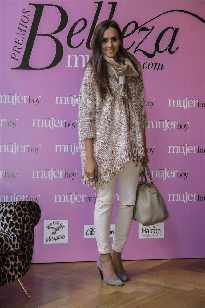 Inma, bloguera de Coohuco, acudió al Beauty Day de Mujerhoy.com con sweater de Eva Crespo, pantalón de Pull & Bear customizado, bolso de Carolina Herrera, zapatos de Pura López y collar de Sita Murt.