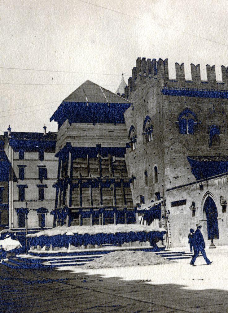 Bologna - La Fontana del Nettuno ingabbiata nel 1915 contro eventuali bombardamenti aerei