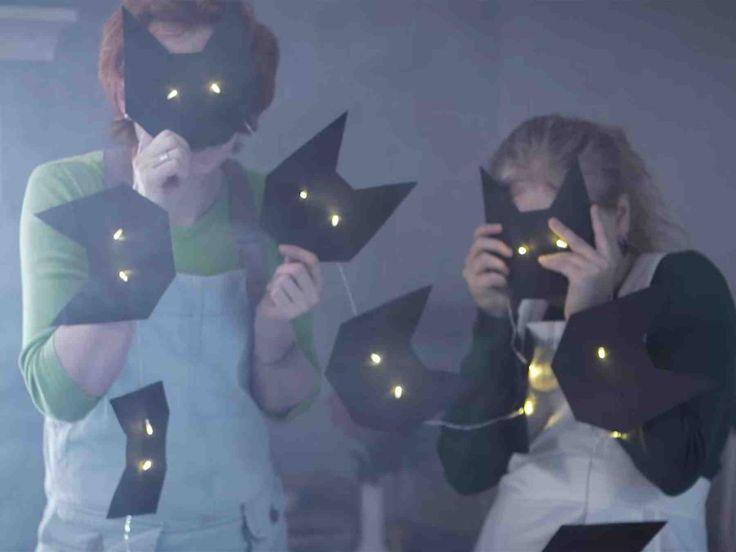 Katso video: Halloween-koriste valonauhasta. Askartele hauska Halloween-koriste helposti mustasta pahvista ja valmiista valonauhasta. Hahmoiksi sopivat kissat, lepakot tai vaikka pienet kummitukset.
