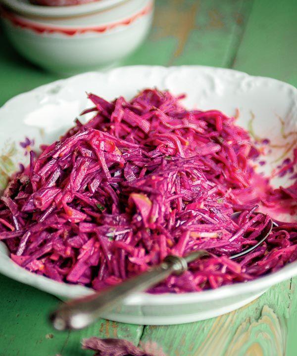 Voici une recette qui nous fait redécouvrir la saveur des betteraves! Je préfère de loin le goût de ce légume-racine lorsqu'il est cru et bien apprêté. Cet