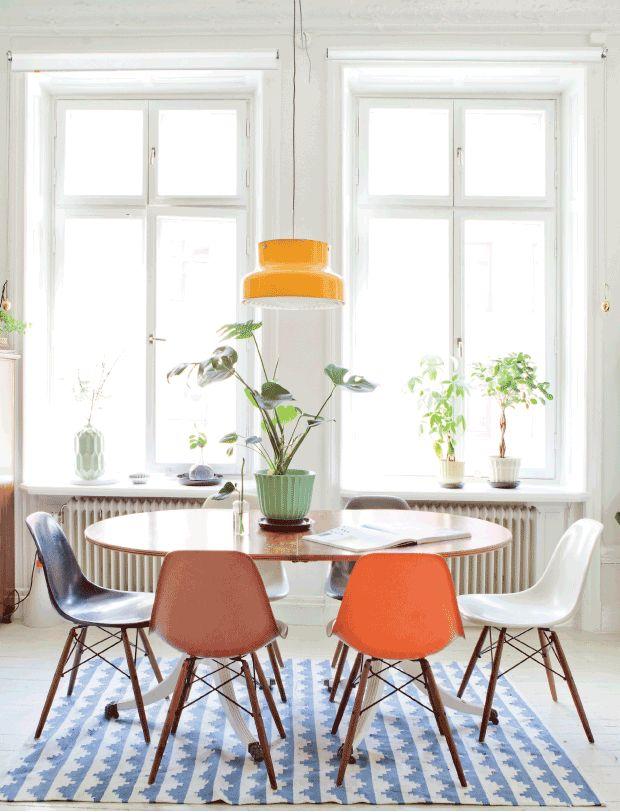 Oskar er vild med spraglede farver og former, mens Maria har en mere tilbageholdende tilgang til farver i indretningen. Derfor landede parret lige midtimellem, da de skulle indrette deres lejlighed i Södermalm i Stockholm. Her har de fundet sig til rette med mange antikvitetsfund, mønstrede tæpper, hjemmemalede gulve og retrofarver som gul og orange.